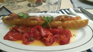 Poivrons à l'espagnole avec bruchetta aux anchois.